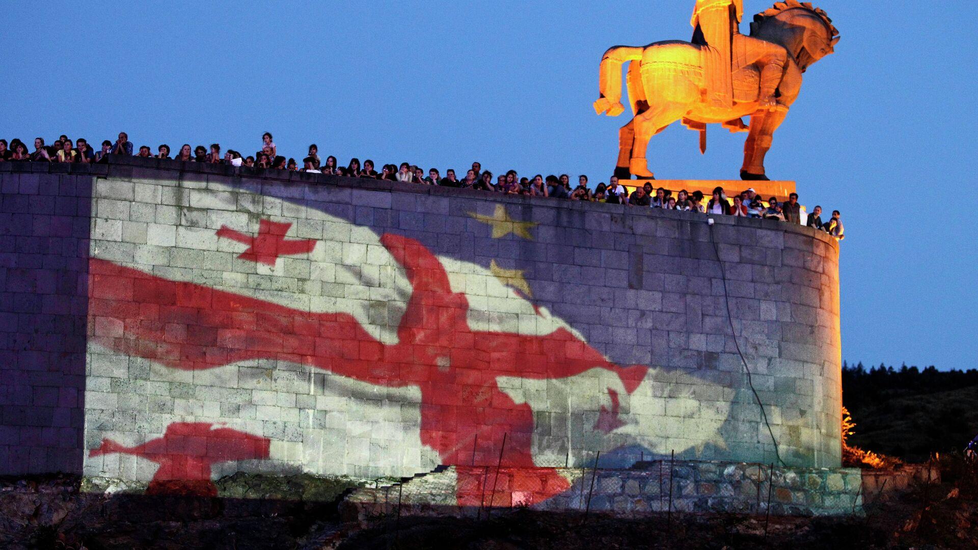 Заставе Грузије и ЕУ поред споменика Вахтангу I Горгасалу , краљу Иберије. - Sputnik Србија, 1920, 22.09.2021