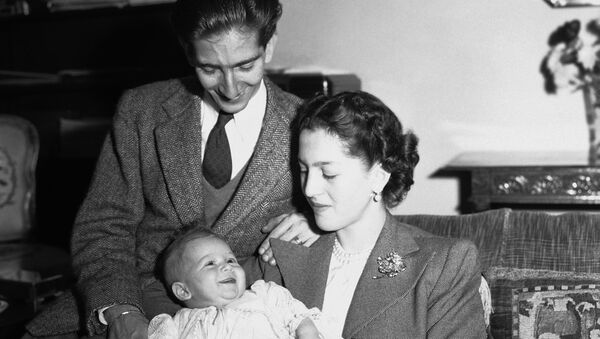 Prestolonaslednik Aleksandar, kad je imao tri meseca sa ocem kraljem Petrom i kraljicom Aleksandrom  21. oktobra 1945. - Sputnik Srbija