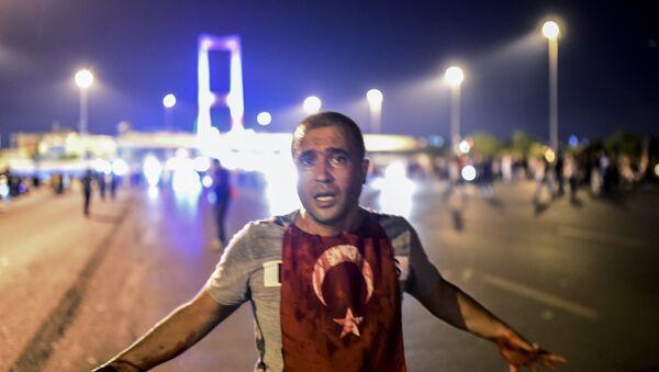 Човек обливен крвљу стоји поред мост на Босвору после сукоба војске са народом у Истанбулу 16. јула, 2016, приликом покушаја државног удара. - Sputnik Србија