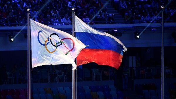 Zastave Olimpijskih igara i Rusije na ceremoniji zatvaranja Zimskih olimpijskih igara u Sočiju. - Sputnik Srbija