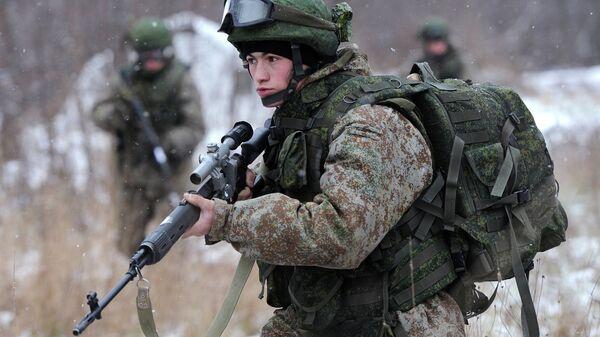 Vojnik pokazuje borbenu opremu Ratnik na vojnoj vežbi u Moskvi - Sputnik Srbija