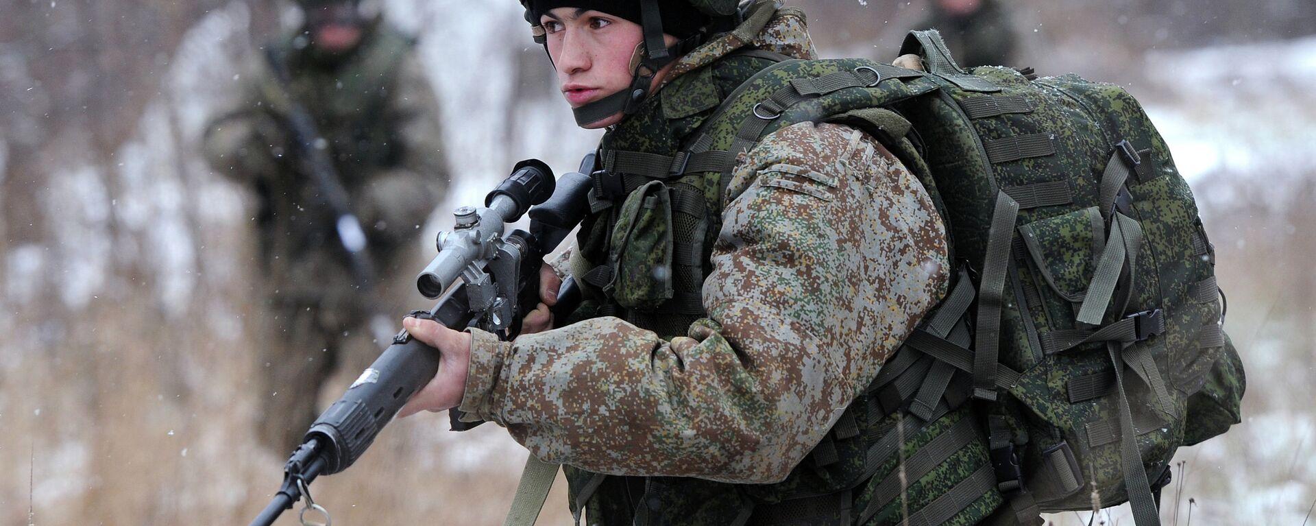 Војник показује борбену опрему Ратник на војној вежби у Москви - Sputnik Србија, 1920, 17.01.2021