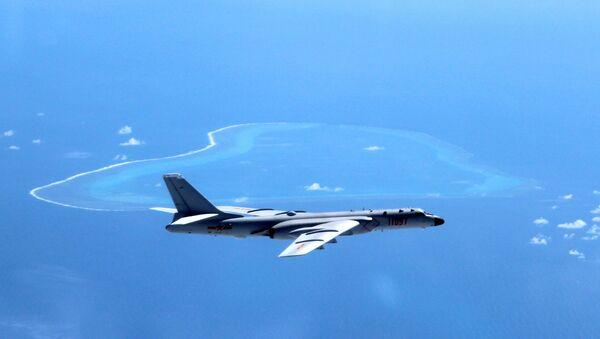Kineski bombarder H-6K vrši prelet iznad Južnog kineskog mora. - Sputnik Srbija