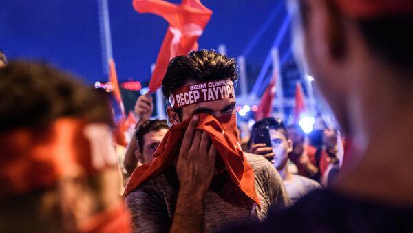 Erdoganove pristalice mašu turskim nacionalnim zastavama tokom mitinga na trgu Taksim u Istanbulu, 18. jula - Sputnik Srbija