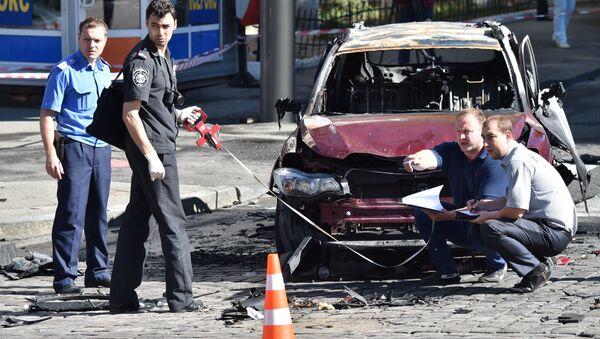 Ukrajinski policajci na mestu eksplozije i ubistva novinara Pavela Šeremeta u Kijevu. - Sputnik Srbija