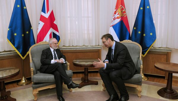 Predsednik Vlade Srbije Aleksandar Vučić sa ambasadorom Velike Britanije Denisom Kifom. - Sputnik Srbija