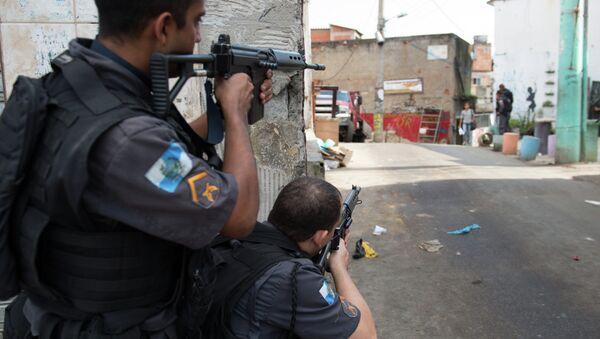 Pripadnici policije patroliraju sirotinjskom četvrti Čuverinjo u predgrađu Rio de Žaneira. - Sputnik Srbija