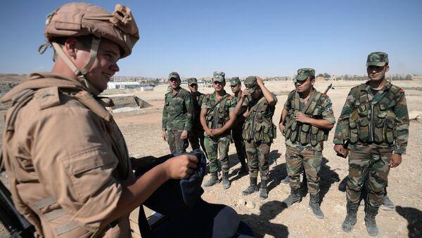 Руски инструктор обучава сиријске војнике за претраживање и откривање експлозивних направа у Палмири. - Sputnik Србија