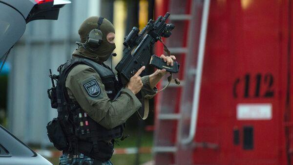 Полицајац у близини тржног центра Олимпиjа у Минхену након пуцњаве 22. јула 2016. године - Sputnik Србија