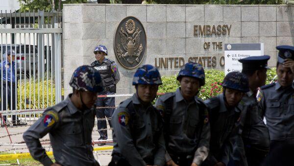 Припадници полиције испред америчке амбасаде у Јангону. - Sputnik Србија