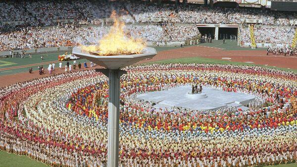 Олимпијски пламен на церемонији отварања Летњих олимпијских игара у Сеулу 17. септембра 1988. - Sputnik Србија