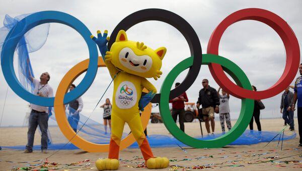 Маскота Олимпијских игара у Рију Винисијус на церемонији постављања Олимпијских кругова на плажи Копакабана у Рио де Жанеиру 21. јула 2016. - Sputnik Србија