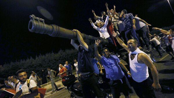 Људи стоје на турском тенку на аеродрому Ататурк у Истамбулу. - Sputnik Србија