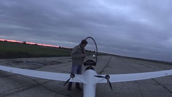 Pilot pored prvog ruskog aviona na električni pogon AS-4-DU - Sputnik Srbija