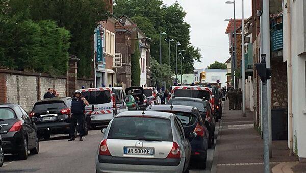Dvojica naoružanih ljudi uzimaju taoce u crkvi u francuskoj Normandiji - Sputnik Srbija