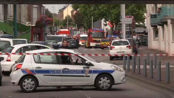 Француска полиција контролише ситуацију испред цркве у Нормандији где су наоружани нападачи држали таоце. 26. јул 2016. - Sputnik Србија