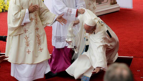 Papa pao tokom mise u Poljskoj - Sputnik Srbija