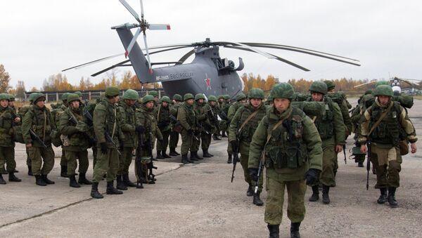 Ruski padobranci okupljaju se oko helikoptera Mi-26 tokom vojne vežbe u regionu Pskov u Zapadnom vojnom okrugu. - Sputnik Srbija