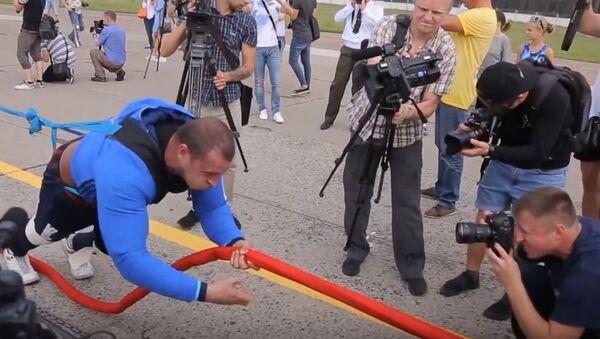 Супермен је јачи од локомотиве, а овај Белорус од хеликоптера ВИДЕО-КЛУБ - Sputnik Србија
