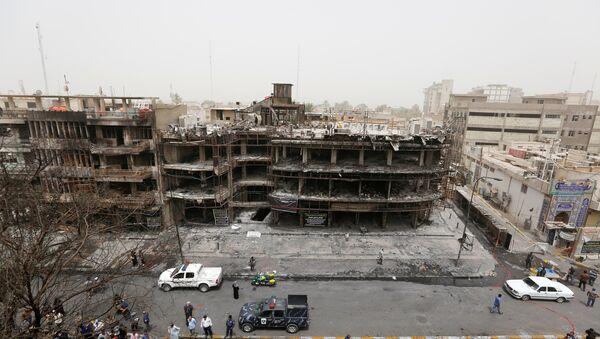 Поглед на место експлозије аутомобила у трговинском делу Караде у Багдаду. - Sputnik Србија