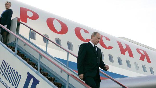 Владимир Путин излази из авиона - Sputnik Србија