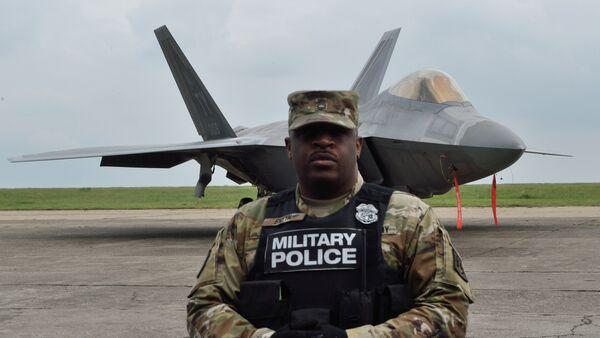 Američki vojnik ispred aviona raptor - Sputnik Srbija