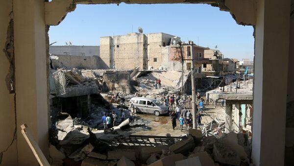 Ljudi na mestu vazdušnih udara u gradu Atareb u sirijskoj provinciji Alep, koji drže pobunjenici - Sputnik Srbija