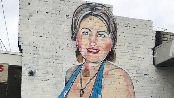 Фотографија графита Хилари Клинтон у купаћем костиму уметника познатог као Лашсак - Sputnik Србија