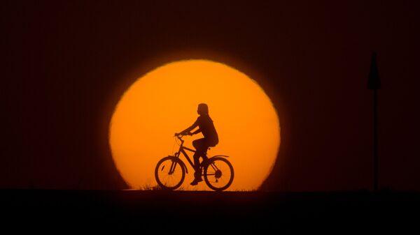 Devojčica vozi bicikl - Sputnik Srbija