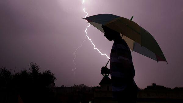 Pešak na oluji sa kišobranom - Sputnik Srbija