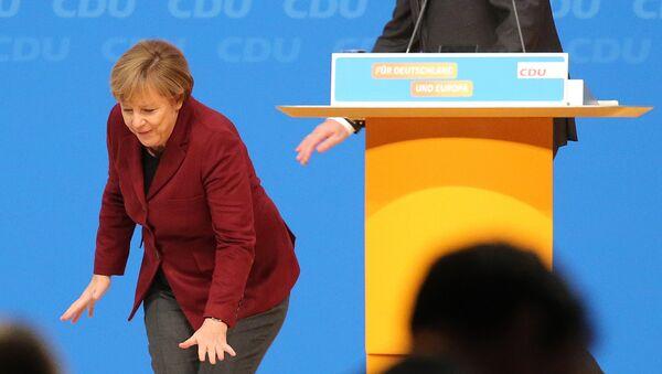 Angela Merkel se sapliće tokom održavanja samita Hrišćansko-deokratske partije u Nemačkoj - Sputnik Srbija