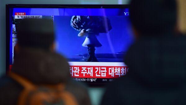 Ljudi gledaju vesti u Južnoj Koreji o testiranju bombe - Sputnik Srbija