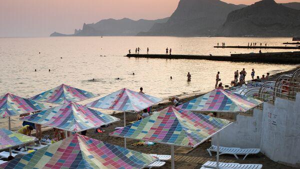Turisti na plaži u Sudaku na Krimu. - Sputnik Srbija