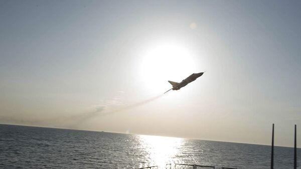 Руски авион Сухој Су-24 прелеће изнад америчког разарача Доналд Кук изнад Балтичког мора. - Sputnik Србија