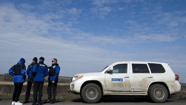 Međunarodni posmatrači misije OEBS-a čekaju na kontrolnom punktu u Uljanovsku, stotinak kilometara istočno od Donjecka blizu ukrajinske granice sa Rusijom. - Sputnik Srbija