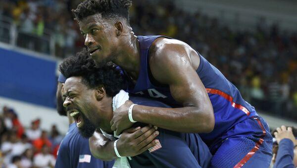 Članovi američkog drim tima u košarci Deandre Džordan i Džimi Batler u Rio de Ženairu. - Sputnik Srbija