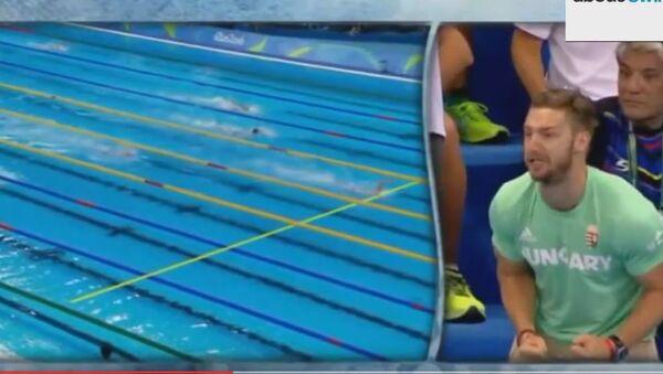 Навијање тренера и мужа мађарске пливачице Катинке Хосу на Олимпијским играма у Рију, када је оборила светски рекорд на 400 метара слободним стилом. - Sputnik Србија