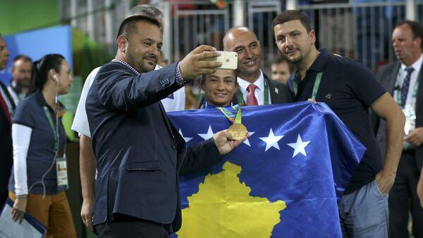 Meljinda Keljmendi kao učesnica Kosova na OI pozira za fotografiju sa navijačima. - Sputnik Srbija
