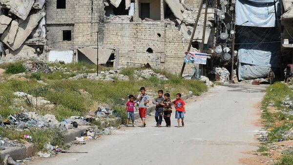 Деца у порушеном округу Алепа. - Sputnik Србија