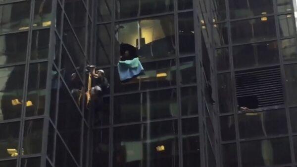 Čovek koristeći vakuum opremu popeo uz fasadu oblakodera Tramp Touer u Njujorku - Sputnik Srbija