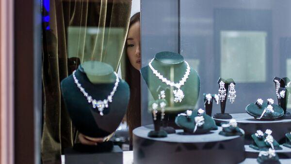 Продавачица проверава изложени накит пре отварања Сајма накита и драгог камења у Хонг Конгу. - Sputnik Србија