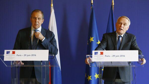 Ministar spoljnih poslova Rusije Sergej Lavrov i ministar spoljnih poslova Francuske Žan Mark Ejro govore na zajedničkoj konferenciji za medije u Parizu. - Sputnik Srbija