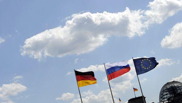 Немачка, руска и застава ЕУ испред зграде Бундестага у Берлину. - Sputnik Србија