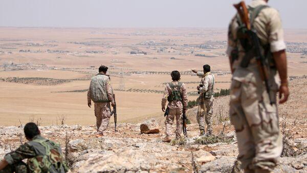 Борци војног савета Манбиџа посматрају положаје у јужном руралном делу Манбиџа у Сирији. - Sputnik Србија