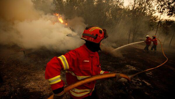 Ватрогасци гасе шумски пожар у близини Агуеде у Португалији. - Sputnik Србија