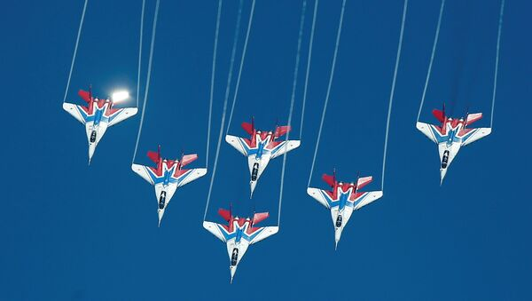 Ловци МиГ-29 акробатског тима Стрижи лете у формацији у оквиру Међународних војних игара у Рјазану у Русији. - Sputnik Србија