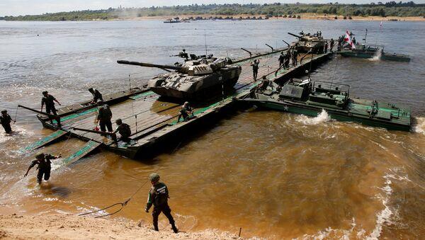 Posada ruskih tenkova T-80 na pontonskom mostu tokom takmičenja Otvorena voda za pontonske jedinice u okviru Međunarodnih vojnih igara 2016. - Sputnik Srbija