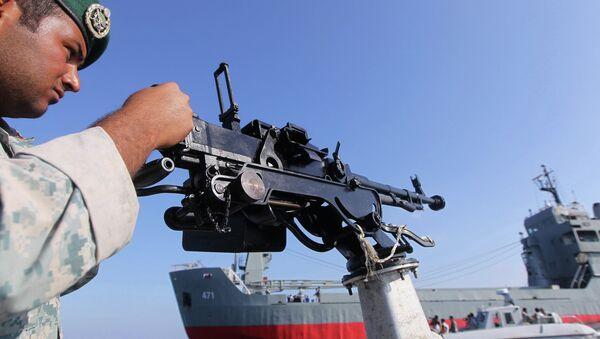 Ирански војник чува стражу на војном глисеру током морнаричких вежби у јужном Ирану - Sputnik Србија