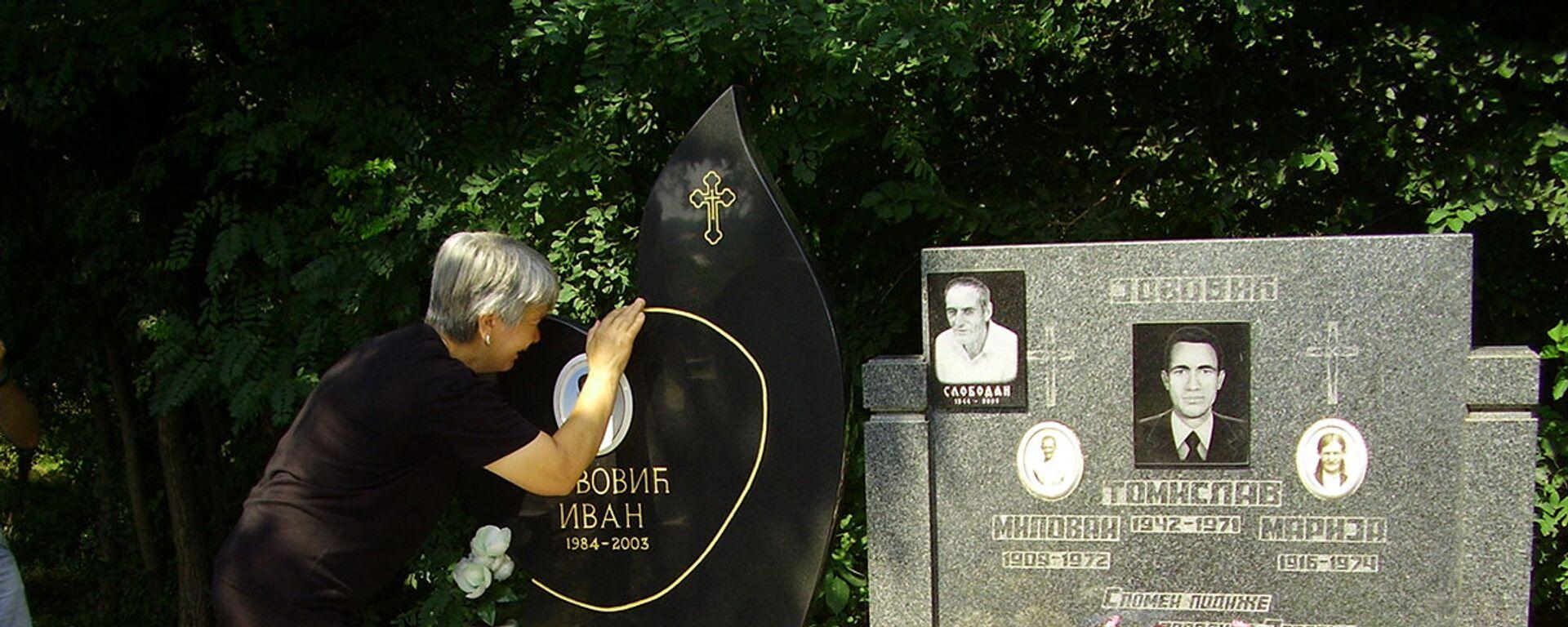 Majka Ivana Jovovića na grobu svog sina u Goraždevcu. - Sputnik Srbija, 1920, 13.08.2021