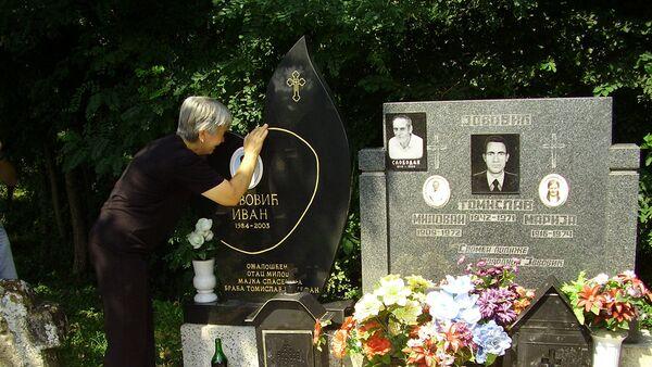 Мајка Ивана Јововића на гробу свог сина у Гораждевцу. - Sputnik Србија